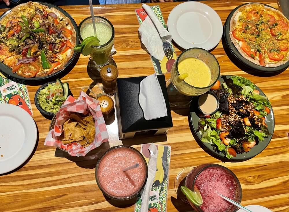 Verschiedenes Essen auf einem Tisch im Restaurant Vegan Planet Cancun