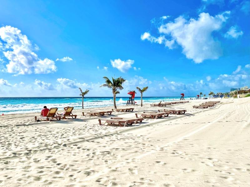 Mexiko, Strand mit Liegestühlen und Palmen