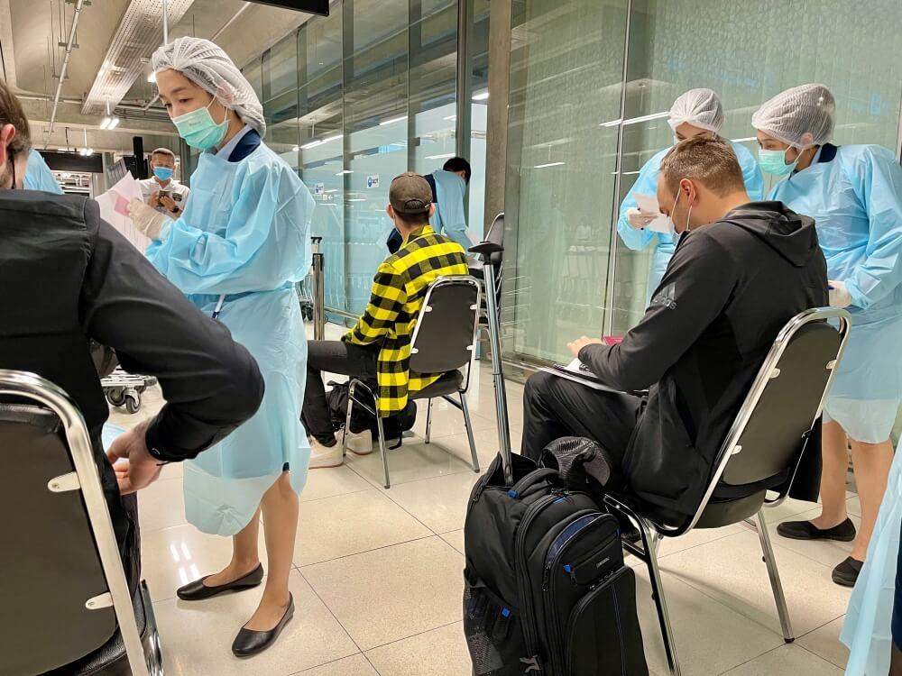 Thailand Einreise, Flughafenpersonal kontrolliert Dokumente