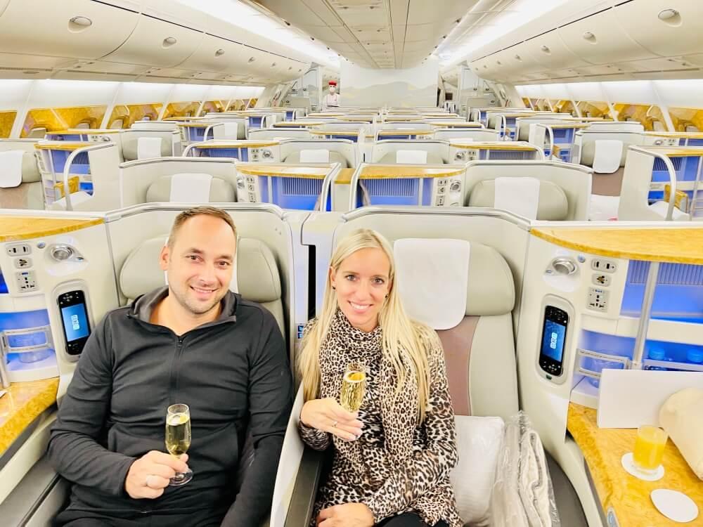 Mann und Frau mit Sekt in der Emirates Business Class