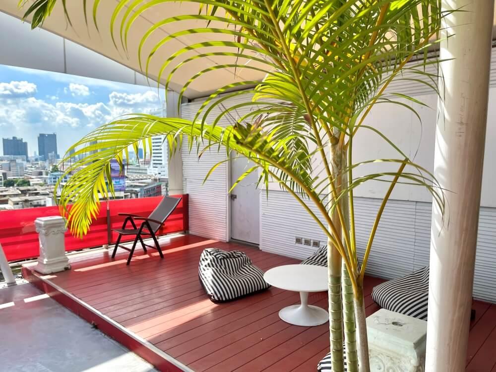 Eine gemütliche Sitzecke auf der Dachterrasse des ASQ Hotels