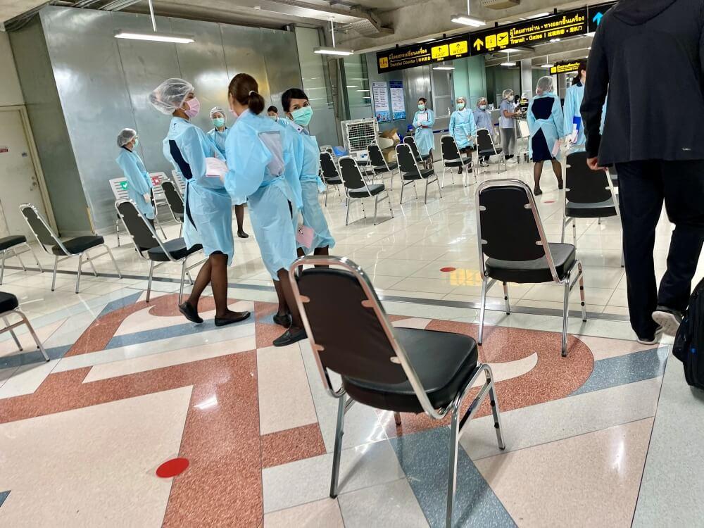 Thailand Einreise, Verhülltes Personal am Flughafen Bangkok